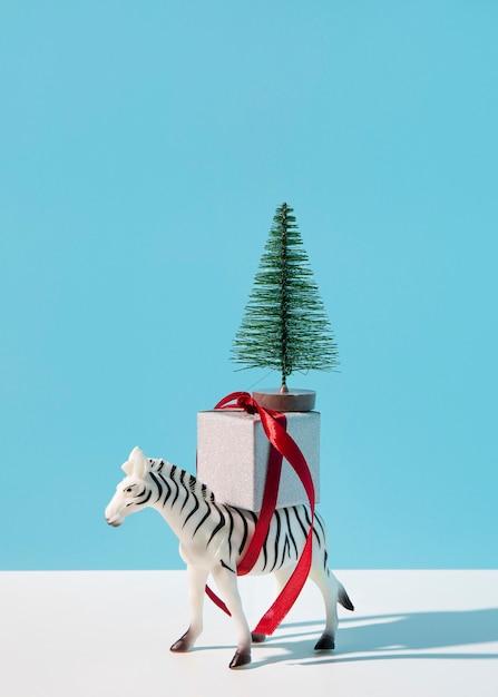 Zebra con regalo e abete Foto Gratuite