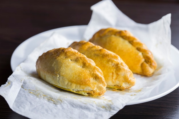 Цеппелины литовского национального блюда с пирожками на пергаментной бумаге Premium Фотографии