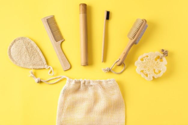Концепция нулевых отходов. массажер антицеллюлитный; бамбуковая зубная щетка; губка из люфы Premium Фотографии