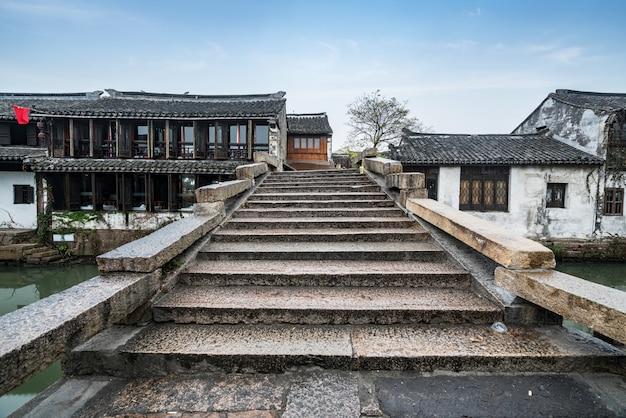 Каменный мост в древнем городе, zhouzhuang древний город, сучжоу, китай Premium Фотографии