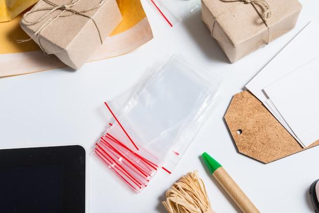 Сумка на молнии и принадлежности для хорошей упаковки на офисном столе Premium Фотографии