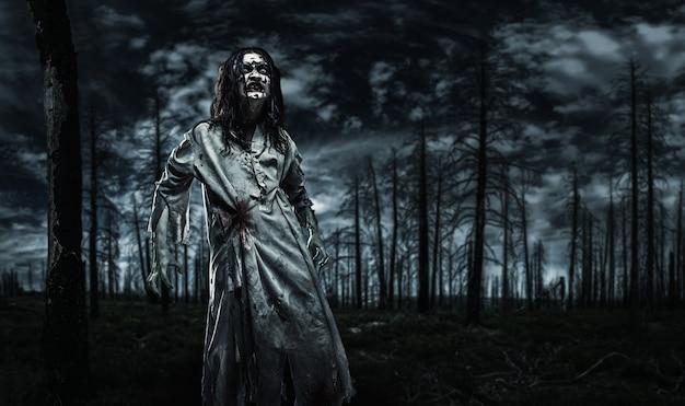 죽은 숲의 좀비. 프리미엄 사진