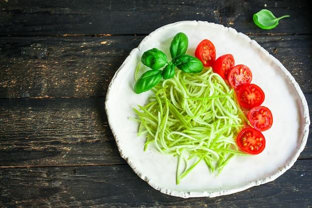 Салат из цуккини спагетти с помидорами и овощами Premium Фотографии