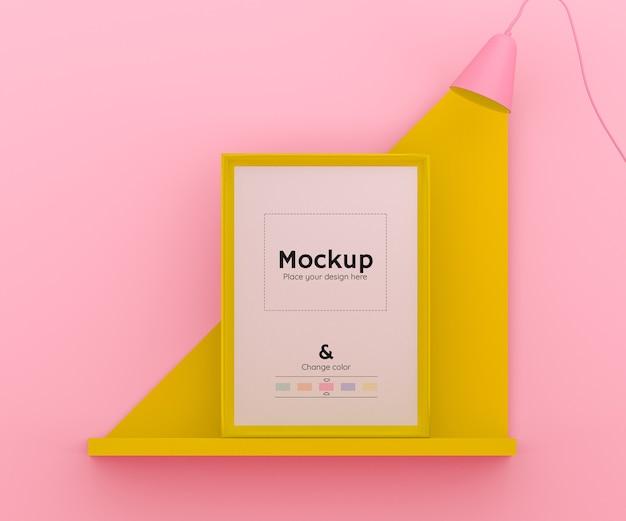 Scena 3d rosa e gialla con una lampada che illumina una cornice su uno scaffale e colore modificabile Psd Gratuite