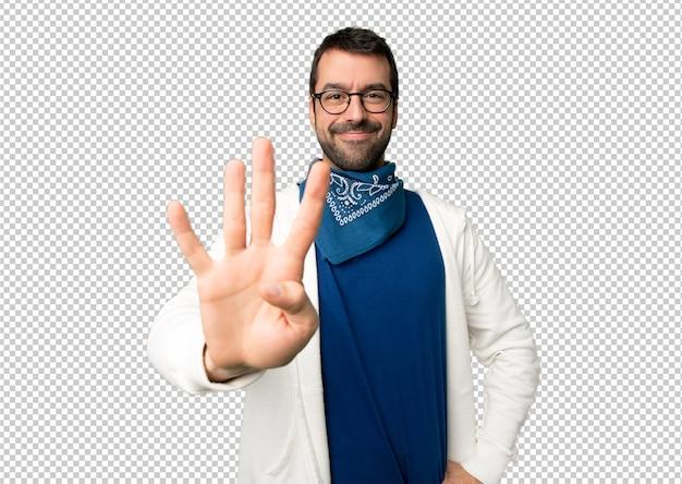 幸せな眼鏡と指で4つを数えてハンサムな男 Premium Psd
