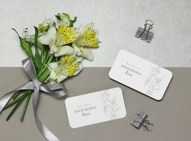 花のモックアップ名刺、灰色のベージュ色の背景上のリボン Premium Psd