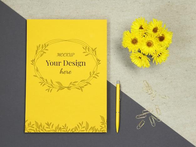 花、ペンとゴールドのクリップと黄色の夏紙モックアップ Premium Psd