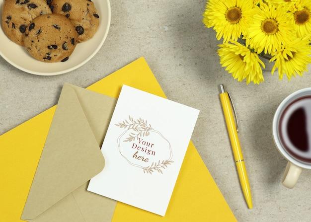 黄色のメモ、ペン、夏の花のモックアップホリデーカード Premium Psd