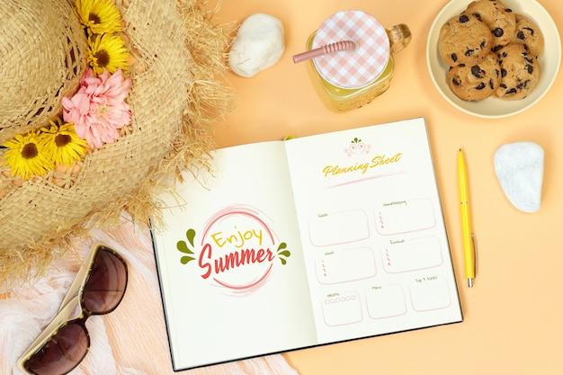 オレンジ色の背景上の夏のモックアップノート Premium Psd