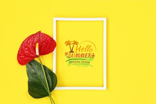 Летняя желтая рамка макета с красным цветком Premium Psd