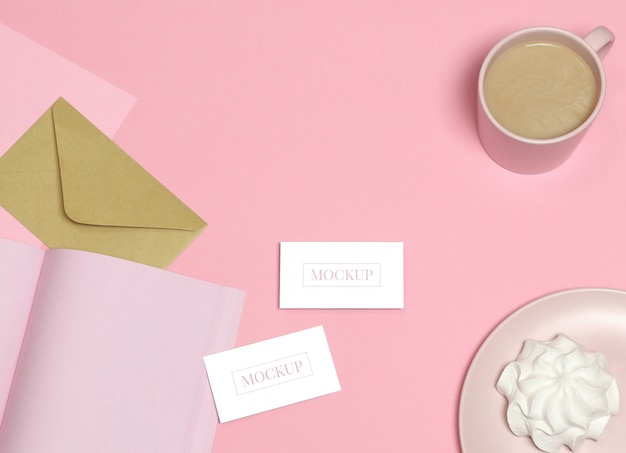 Макет визитки на розовом фоне Premium Psd