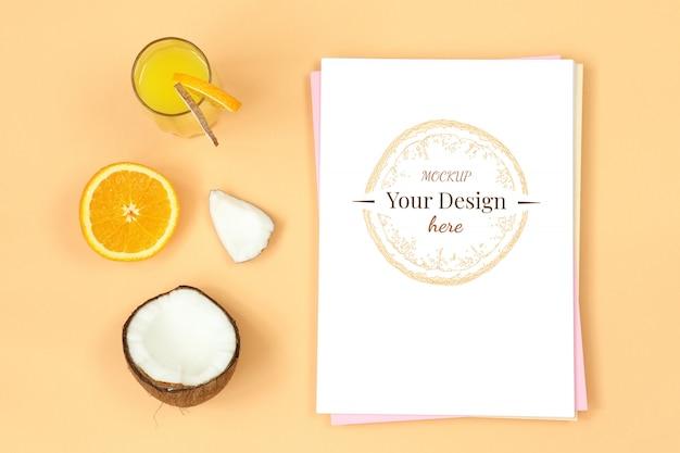 オレンジ色の背景にジュース、ココナッツ、柑橘類のモックアップの手紙 Premium Psd