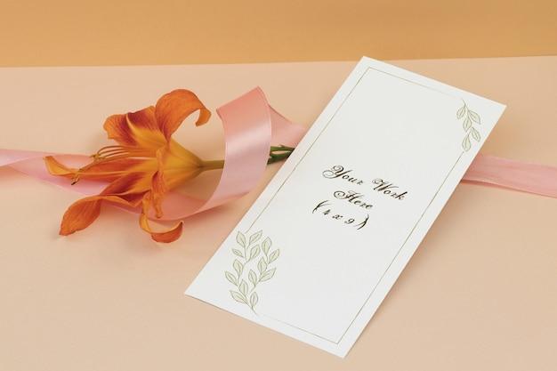 ベージュ色の背景上のリボンとモックアップ結婚式メニュー Premium Psd
