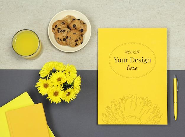 Пустой макет с цветами на бежевом фоне еды Premium Psd