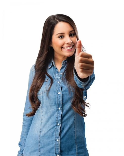 Счастливый молодая женщина с пальцами вверх Бесплатные Psd