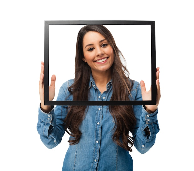 Веселая молодая женщина позирует с рамкой Бесплатные Psd