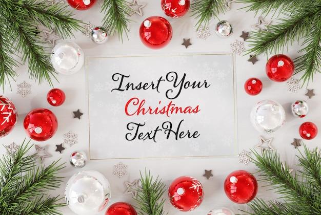 Рождественская открытка на деревянной поверхности с рождественскими украшениями макет Premium Psd