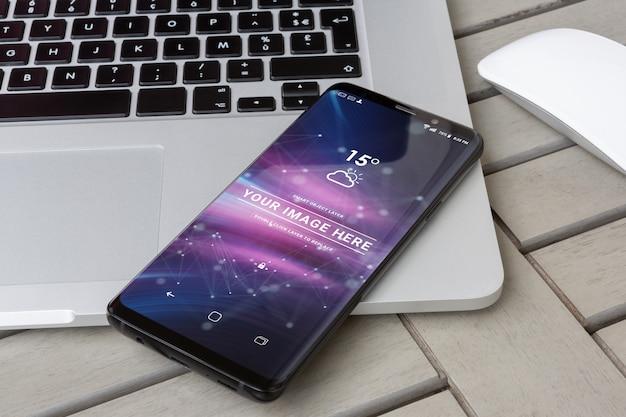 現代のスマートフォンのラップトップモックアップの上に敷設 Premium Psd