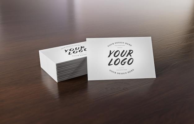 木製の机の上の白い名刺スタック Premium Psd
