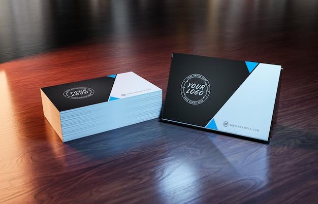 木製の表面のモックアップに白い名刺山 Premium Psd