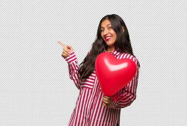 バレンタインデーを祝う若いインド人女性 Premium Psd