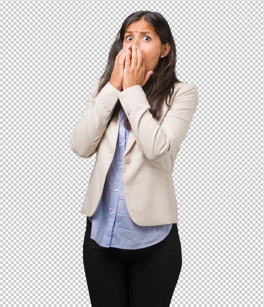 若いビジネスインドの女性は非常に怖いと怖い、何か、絶望的な苦しみと開いた目の叫び、狂気の概念 Premium Psd