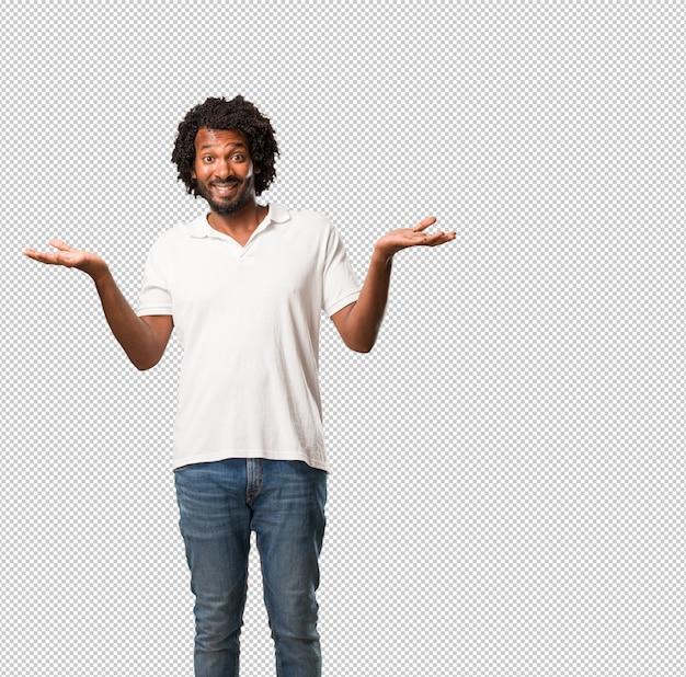 Красивый афроамериканец смеется и веселится, будучи расслабленным и веселым, чувствует себя уверенно и успешно Premium Psd