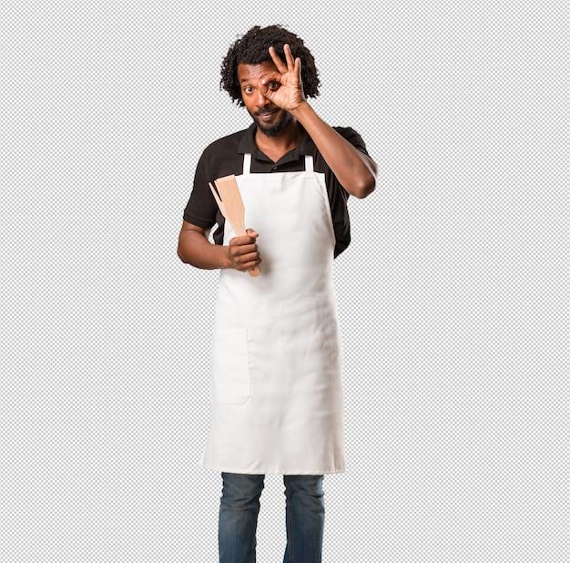 Красивый афро-американский пекарь веселый и уверенный делает хорошо жест, взволнован и кричит, концепция одобрения и успеха Premium Psd