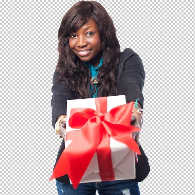 Счастливая черная женщина держит подарок Premium Psd