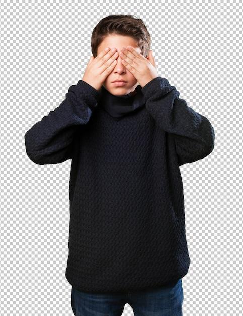 目を覆っている小さな男の子 Premium Psd