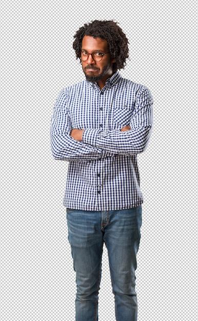 Красивый бизнес афроамериканец мужчина очень злой и расстроенный, очень напряженный, кричащий яростный, отрицательный и сумасшедший Premium Psd