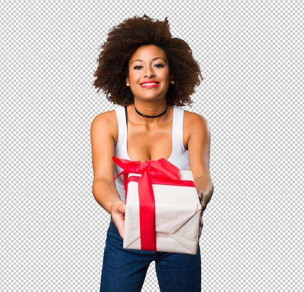 若い黒人女性の贈り物を保持 Premium Psd