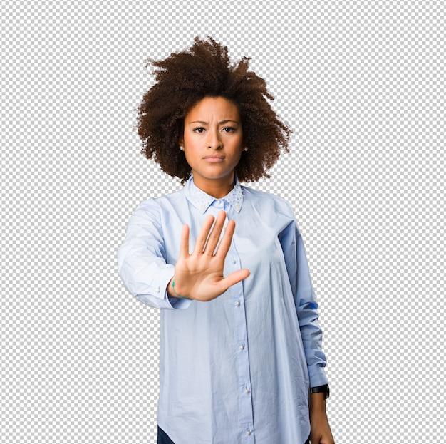 停止ジェスチャーをしている若い黒人女性 Premium Psd