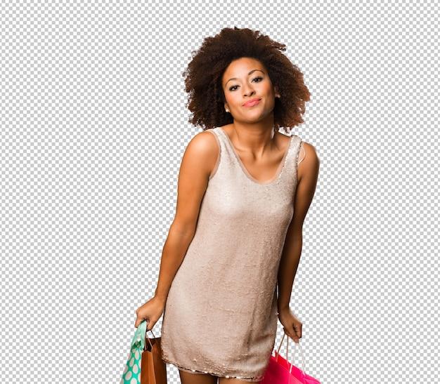 買い物袋を保持している若い黒人女性 Premium Psd