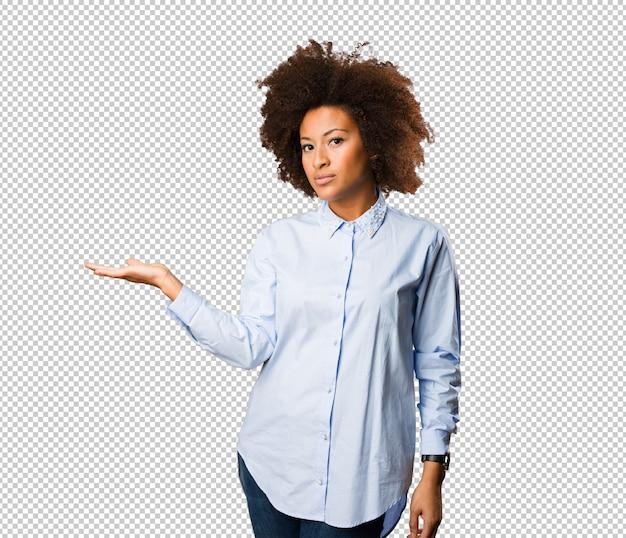 何かを保持している若い黒人女性 Premium Psd