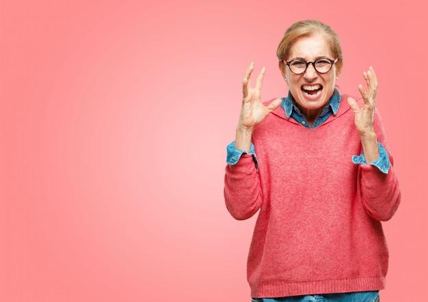 美しいシニアの女性は、怒って、不幸と欲求不満、激しく身振りをしている Premium Psd