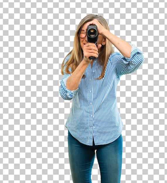 ビンテージシネマカメラを持つシニアの美しい女性 Premium Psd