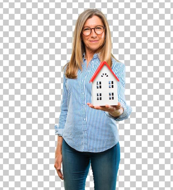 Старшая красивая женщина с моделью дома Premium Psd