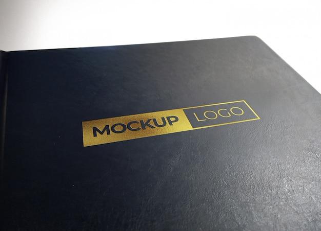 黒い質感のレザーに写実的なゴールドロゴモックアップ Premium Psd