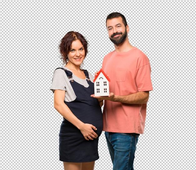 小さな家を持つ妊婦とのカップル Premium Psd
