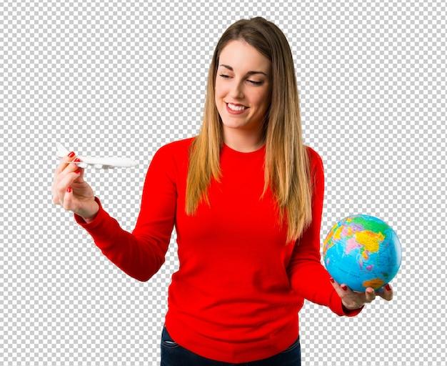 Счастливая молодая белокурая женщина держа игрушечный самолет Premium Psd