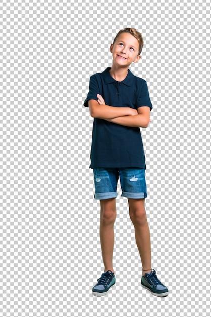 Маленький мальчик стоит и смотрит Premium Psd