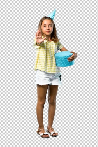 彼女の手でジェスチャーを止める贈り物を持って誕生日パーティーで小さな女の子 Premium Psd