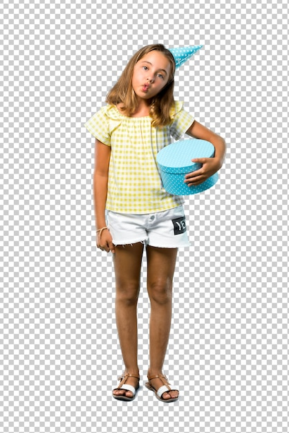 贈り物を持って誕生日パーティーで小さな女の子がおかしくてクレイジーな顔の感情 Premium Psd
