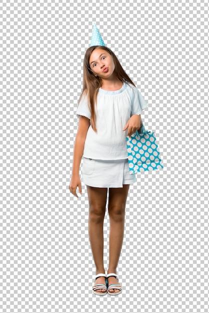 ギフトバッグを持って誕生日パーティーで小さな女の子は面白いとクレイジーな顔の感情になります Premium Psd