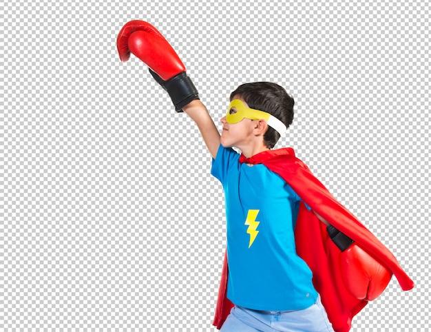 Ребенок одет как супергерой с боксерскими перчатками Premium Psd