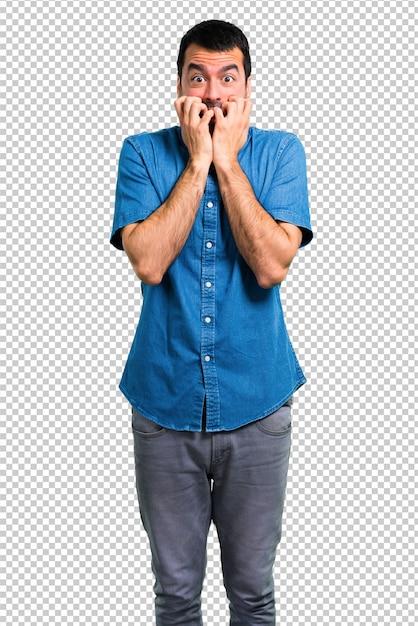 Красивый мужчина в синей рубашке немного нервничает и напуган Premium Psd