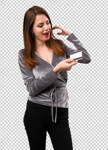 Красивая молодая девушка держит кредитную карту Premium Psd
