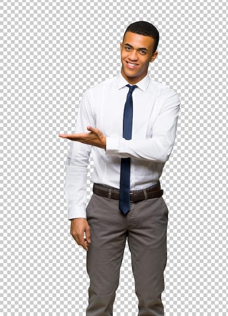 Молодой афро американский бизнесмен представляя идею пока смотрящ усмехающся к Premium Psd