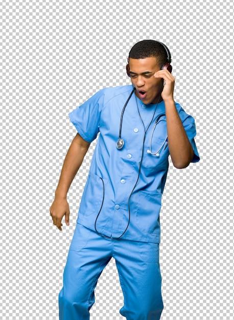 Хирург доктор человек слушает музыку в наушниках и танцы Premium Psd